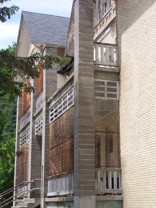 Balconies were screened with grates, which allowed patients to get fresh air, but protected them from falls or jumps.
